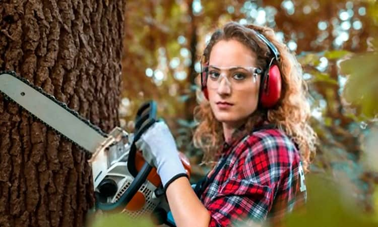 Best Chainsaws for Women – (Reviews & Buyer's Guide 2021)
